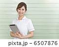 タブレット端末を持っている白衣の女性 6507876
