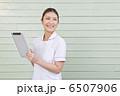 タブレット端末を持っている白衣の女性 6507906