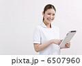 タブレット端末を持っている白衣の女性 6507960