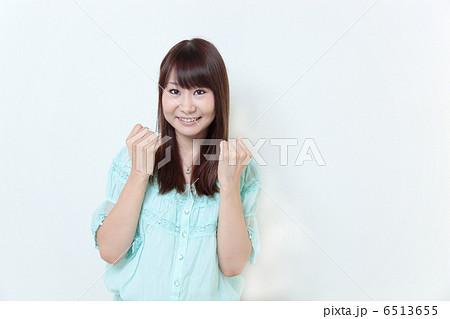 若い女性 ガッツポーズ 6513655
