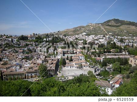 アルハンブラ宮殿から見たグラナダのアルバイシン地区の白い街並み 6520559