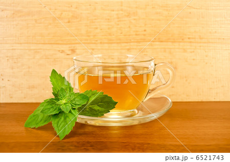 Herbal tea with mint on a wooden boardの写真素材 [6521743] - PIXTA