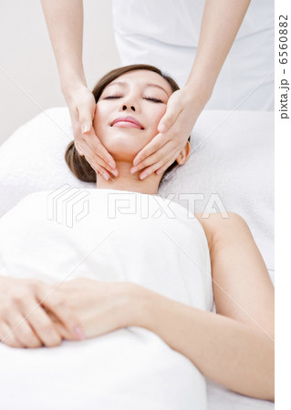 フェイシャルエステの施術を受けている女性 6560882