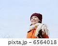 冬の青空と女性 6564018