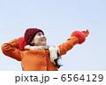 冬の青空と女性 6564129