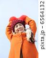冬の青空と女性 6564132
