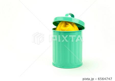 満杯のゴミ箱と閉まらない蓋 6564747