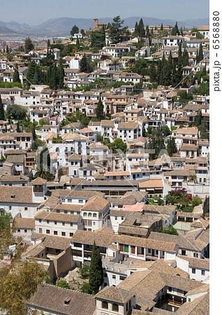 アルハンブラ宮殿から見たグラナダのアルバイシン地区の白い街並み 6568880