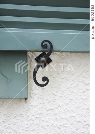 窓開き戸の留め金のデザインの写真素材 [6602162] - PIXTA