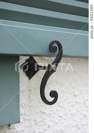 窓開き戸の留め金のデザインの写真素材 [6602480] - PIXTA