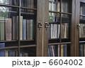 古い書棚の洋書 6604002