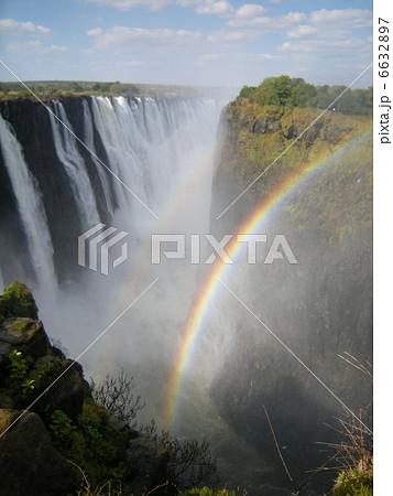 ビクトリアの滝と虹 6632897
