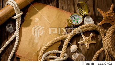 old compass and ropeの写真素材 [6665758] - PIXTA