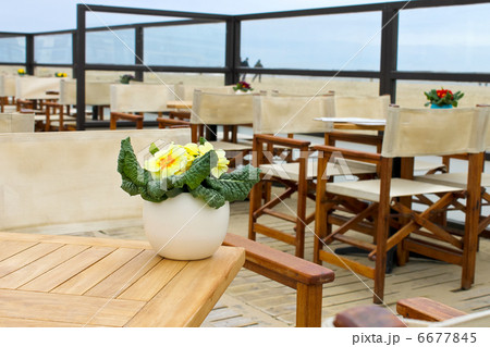 Spring on the coast. Flowers on the table in a street cafe in Thの写真素材 [6677845] - PIXTA