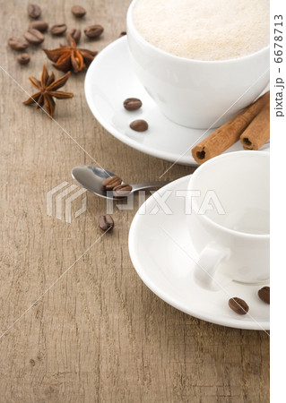 cup of coffee drink on roasted beans at woodの写真素材 [6678713] - PIXTA