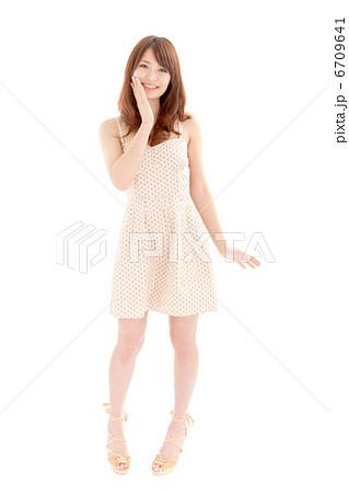 満面の笑みではしゃぐワンピース姿の可愛い女の子 6709641