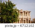 トルコ エフェソス遺跡の図書館と木立 6712102