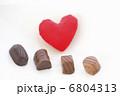 赤いハートとチョコレート 6804313