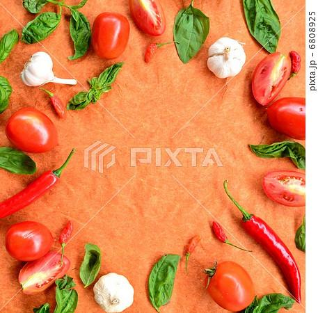 トマト、バジル、にんにく、唐辛子 イタリア料理の食材の写真 ...