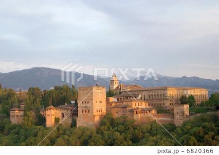 アルハンブラ宮殿の全景 6820366