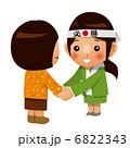 有権者と握手する女性候補者 6822343