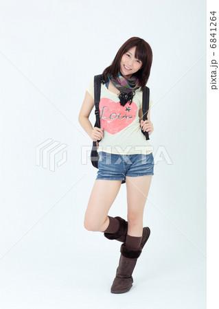 若い女性 ファッション 6841264