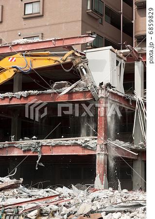 重機によるビルの解体工事 6859829