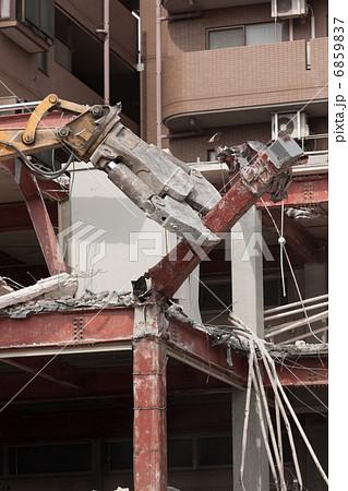 重機によるビルの解体工事 6859837