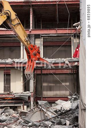 重機によるビルの解体工事 6859895