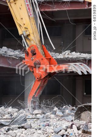 重機によるビルの解体工事 6859899