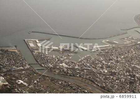 静岡県の焼津漁港を空撮 6859911