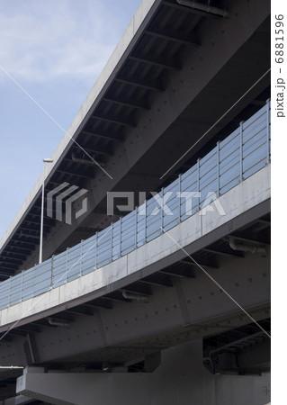 高速道路の防音壁 6881596