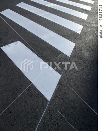 横断歩道の塗装 6881711
