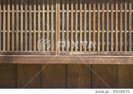 和風建築の格子の窓 6916670