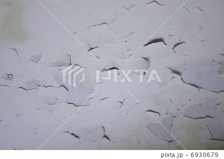 古い建物の天井の剥がれた塗料