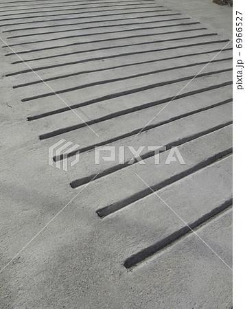 滑り止め用の溝を掘ったコンクリートのスロープ 6966527