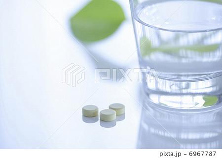 薬の錠剤とコップの水の写真素材 [6967787] - PIXTA