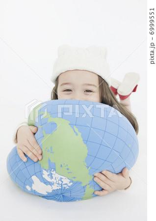 クッションを抱きしめる女の子 6999551