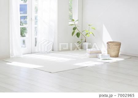 洗濯物が置かれたリビングルームの写真素材 [7002965] - PIXTA