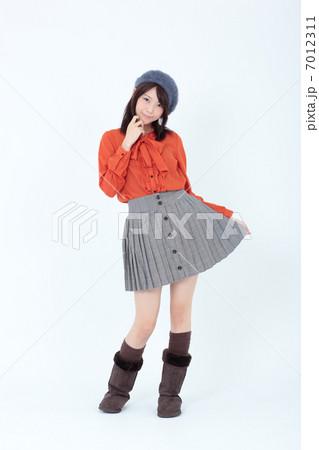 若い女性 ファッション 7012311