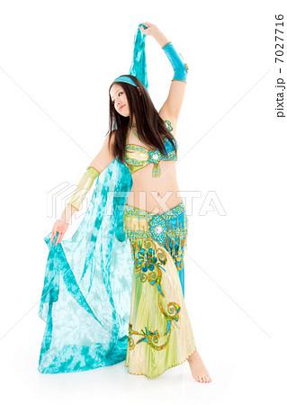 肌を露出したセクシー衣装でベリーダンスを踊る日本女性 7027716