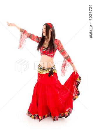 情熱的な赤い衣装を着てベリーダンス踊る若い女性 7027724