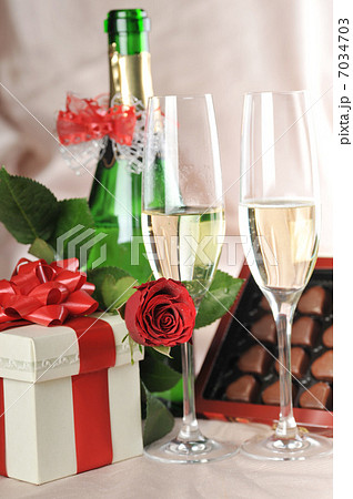 gift in box and champagneの写真素材 [7034703] - PIXTA