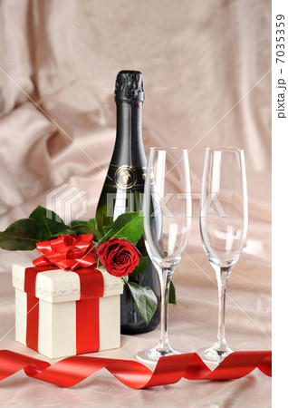 gift in box and champagneの写真素材 [7035359] - PIXTA