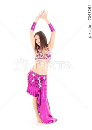 セクシーに腰を振りベリーダンスを踊る日本の女性 7043264