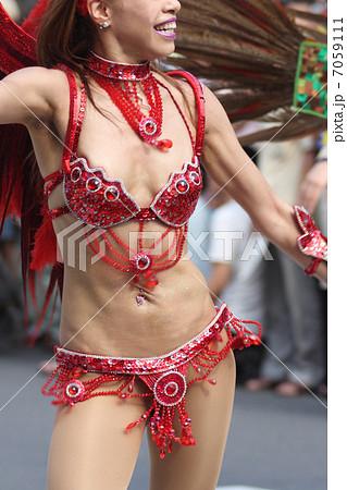 サンバを踊る女性 7059111