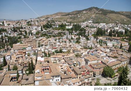 アルハンブラ宮殿から見たグラナダのアルバイシン地区の白い街並み 7060432