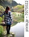 湖を見る女性 7075022