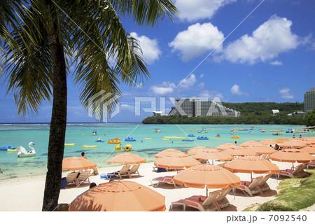 グアム島の海とパラソル 7092540
