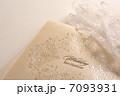 結婚式の招待状と新婦のレースの白い手袋 7093931